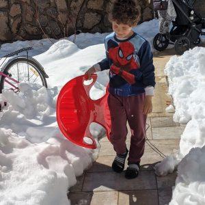 אלון עם סנדלים בשלג